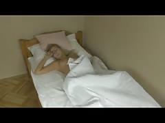 Ostblock-Schlampe pisst ins Bett und wichst die Fotze