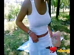 Crazy-minded amateur babe reveals her tits in the park